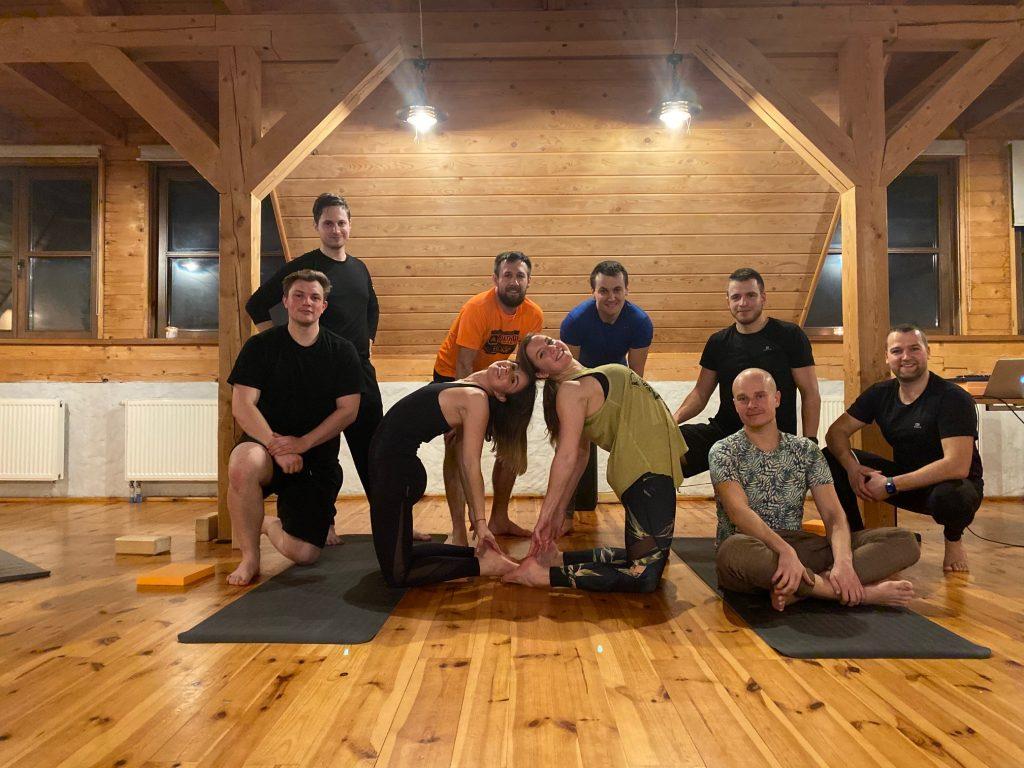 rodzina na macie ferie zimowe z jogą 2020